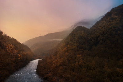 Alba sul fiume Aveto