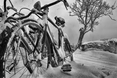 La vecchia bici del nonno durante una abbondante nevicata